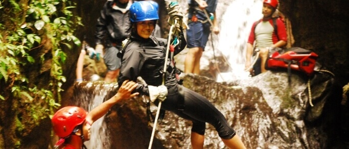 safe waterfall rappelling tour in costa rica